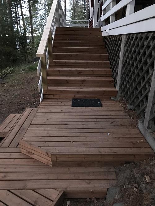 Mökin portaat uusittu ja siihen terassi